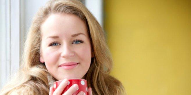Phytotherapie: Frau mit Teetasse
