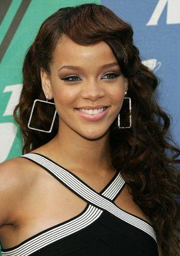 Rihanna: Lockige Haare mit Wasserwelle im Pony