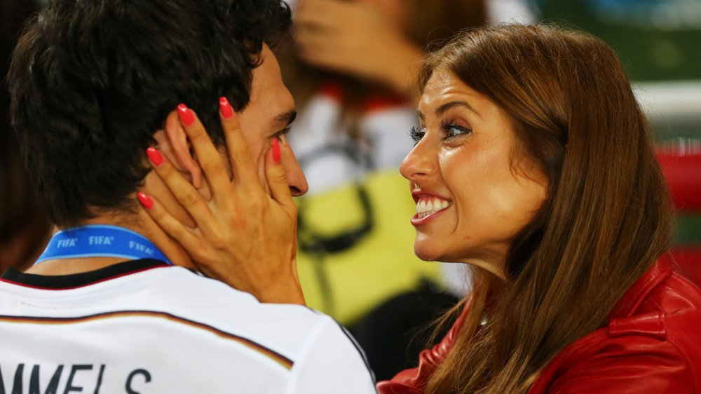 RIO DE JANEIRO, BRAZIL - JULY 13: Mats Hummels of Germany celebrates with girlfriend Cathy Fischer during the 2014 FIFA World Cup Brazil Final match between Germany and Argentina at Maracana on July 13, 2014 in Rio de Janeiro, Brazil. (Photo by Martin Rose/Getty Images)