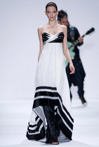 Auf der Show von Carlos Miele auf der Mercedes Benz New York Fashion Week Herbst Winter 2009 trägt das Model ein langes, schwarz weißes Seidenkleid