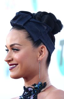 Katy Perry: Strenger Dutt mit Haarband