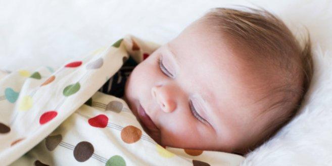 Baby pucken: Baby mit Decke