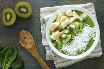 Green Smoothie Bowls sind ein guter Weg mehr grünes Gemüse in Deine Ernährung zu integrieren.