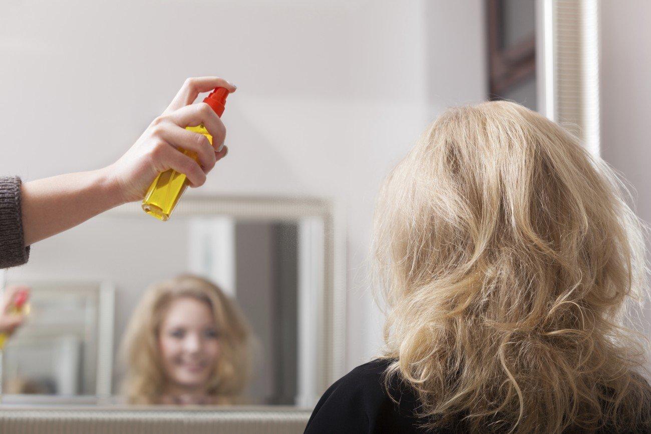 Hitzeschutzspray soll die Haare vor dem Austrocknen schützen