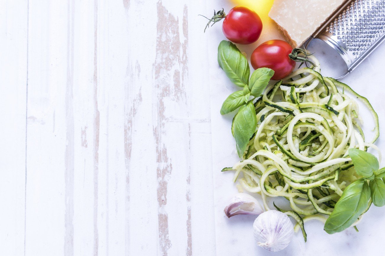 Zoodles mit Parmesan und Tomaten