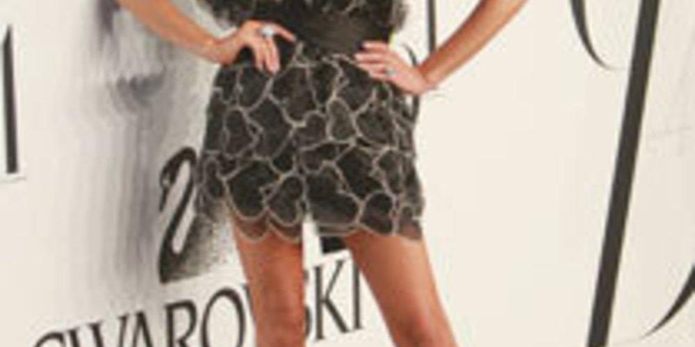 Victoria Beckham in einem Feder Kleid.