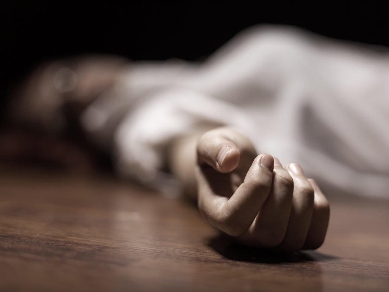 Tote Frau auf dem Boden