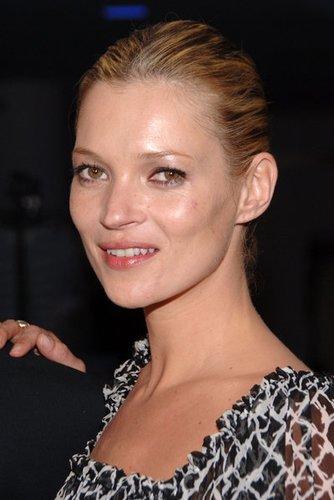 Kate Moss trägt ein natürliches Make-up, wie es in den 90er Jahren in Mode kam.