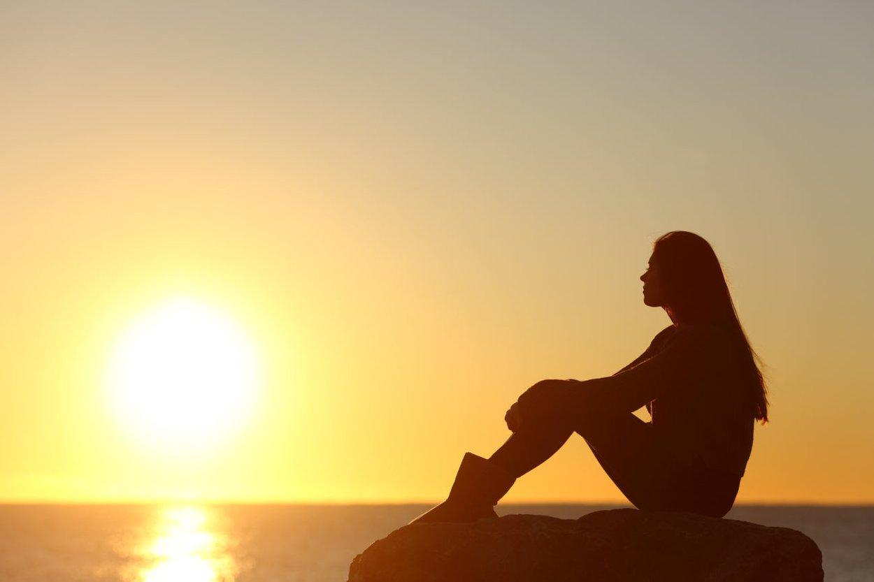 Frau vor Sonnenuntergang