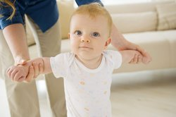 Baby 10 Monate: Laufen lernen ist das nächste große Ziel