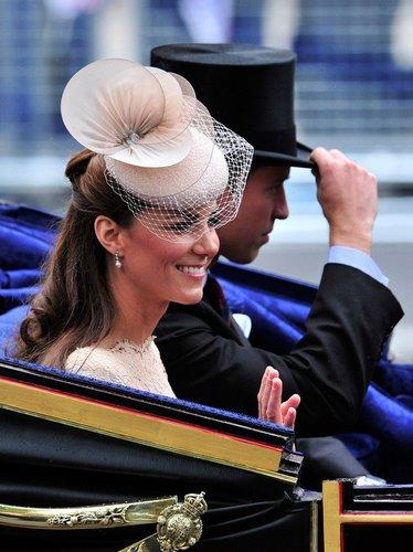 Kate Middleton sitzt in der Kutsche