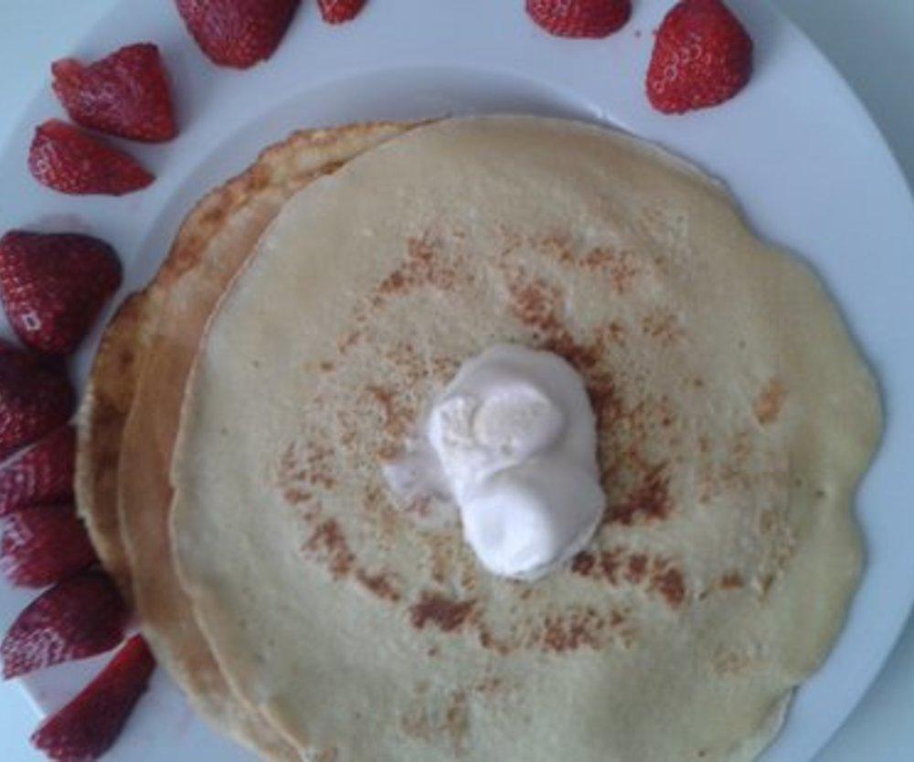 Frühlings-Pfannkuchen mit MILRAM Buttermilch Drink Erdbeere