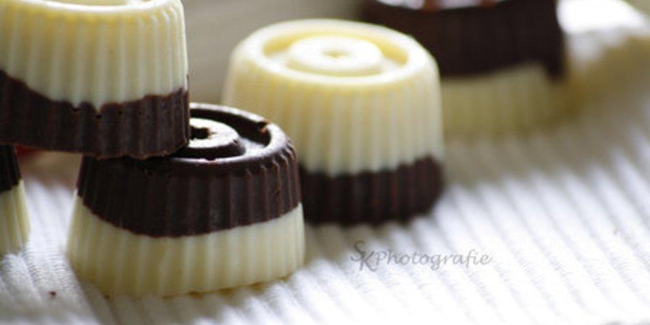 Nougat-Pralinen mit weißer und dunkler Schokolade