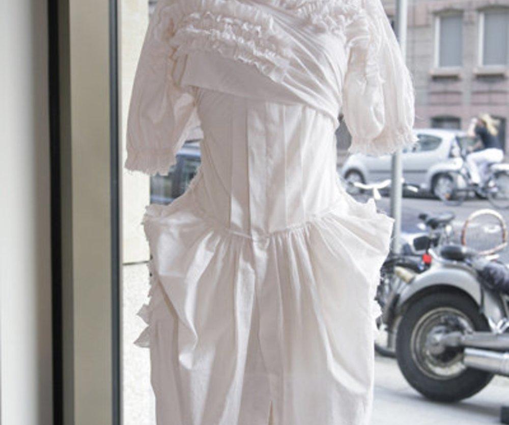 Weißes Kleid mit aufwändigen Details
