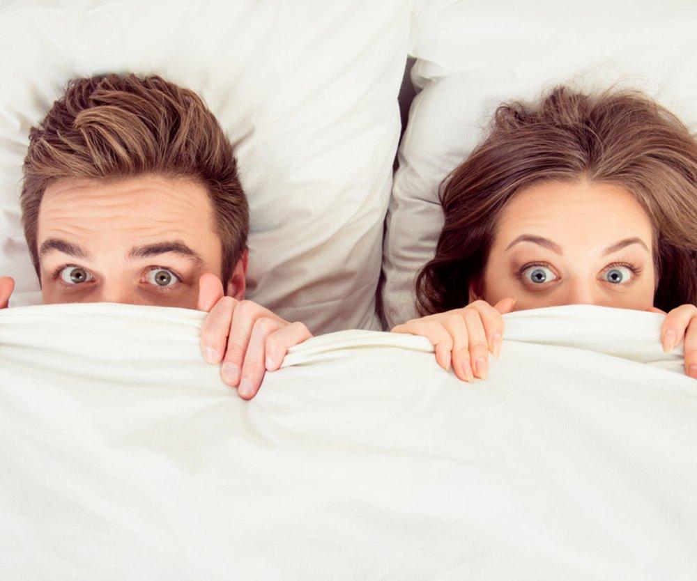 Paar im Bett Decke