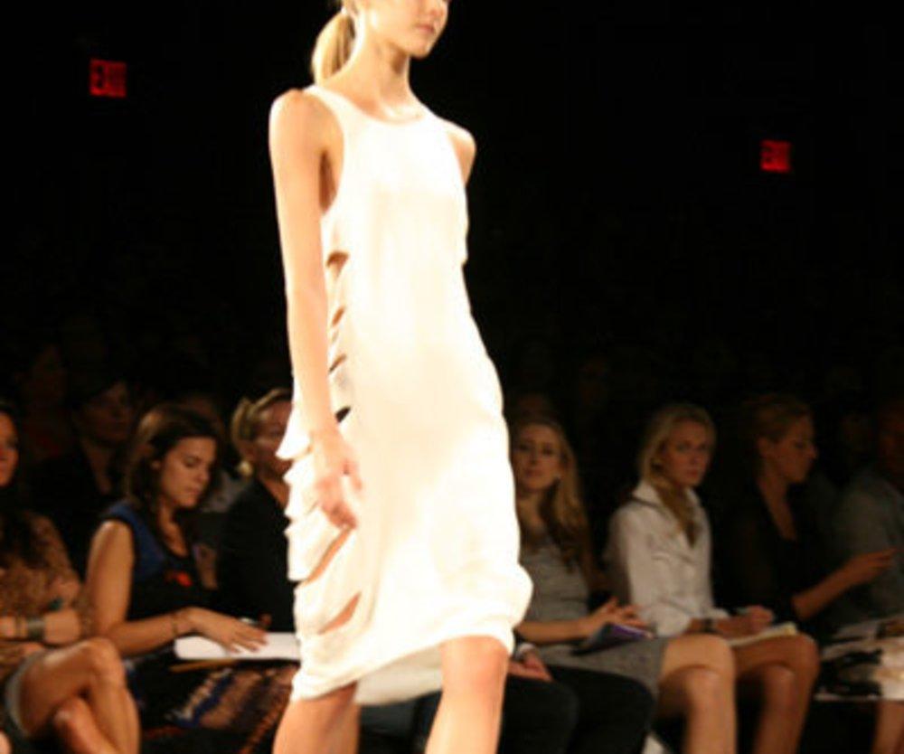 Kleid mit seitlichen Cot Outs von Max Azria auf der Fashion Week New York 2010