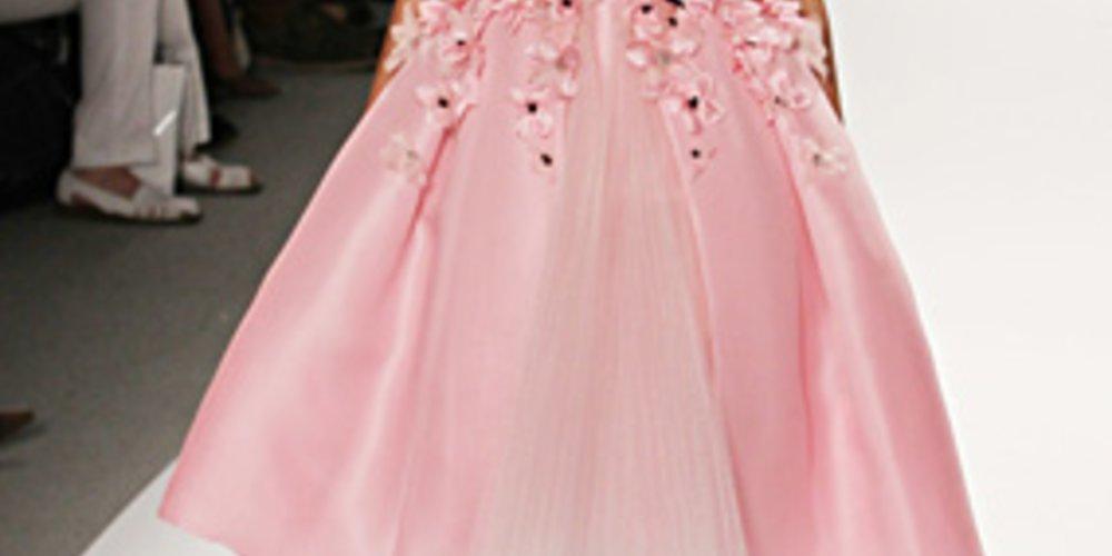 Für das Label Zang Toi lief sie bei der New York Fashion Week in einem blütenbestickten rosa Mädchentraum.