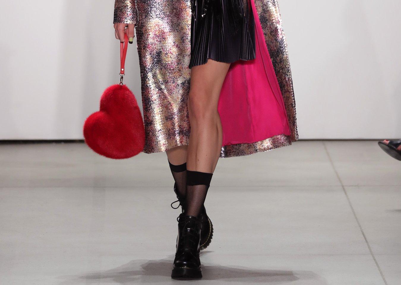 Das New Yorker Label Georgine setzt diese Saison auf plüschige Herztaschen.