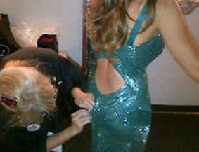Sofia Vergara wird in ihr Kleid genäht