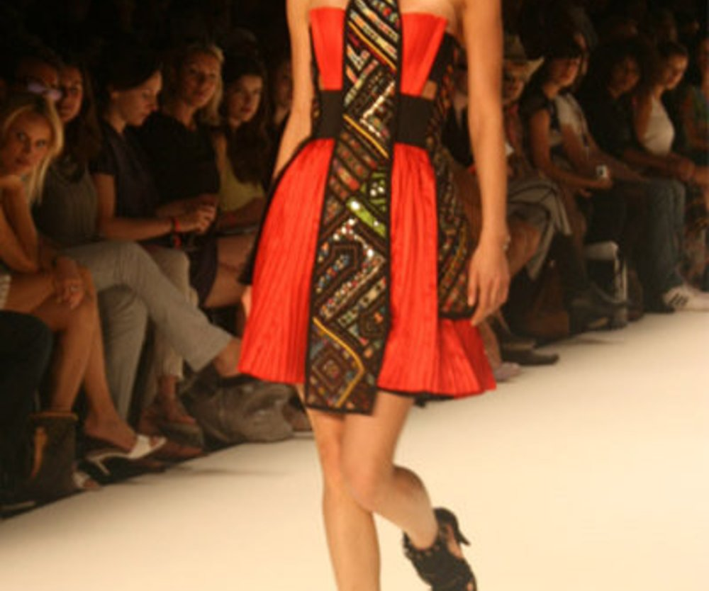 Ein rotes Kleid wird bei Dimitri durch Stickereien im Ethno-Stil aufgewertet.