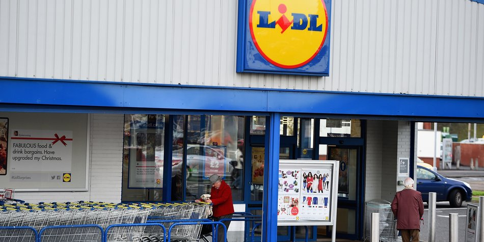 GLASGOW, SCOTLAND - OCTOBER 29: A general view of a Lidl supermarket on October 29, 2014 in Glasgow,Scotland. Discount stores continue to increase their popularity, as Britains biggest supermarkets are challenged by the discounters taking customers. (Photo by Jeff J Mitchell/Getty Images)