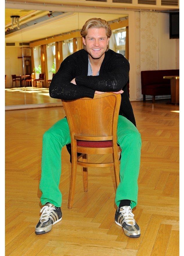Der Bachelor Paul Janke auf einem Stuhl