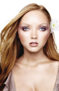 Langes Haar mit Blumenschmuck