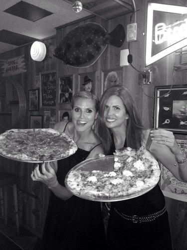 Heidi Klum mit einer riesen-Pizza