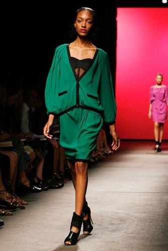 Lässig in Grün: Jackenkleid im kräftigen grün mit stylishen Peeptoes von Thakoon.