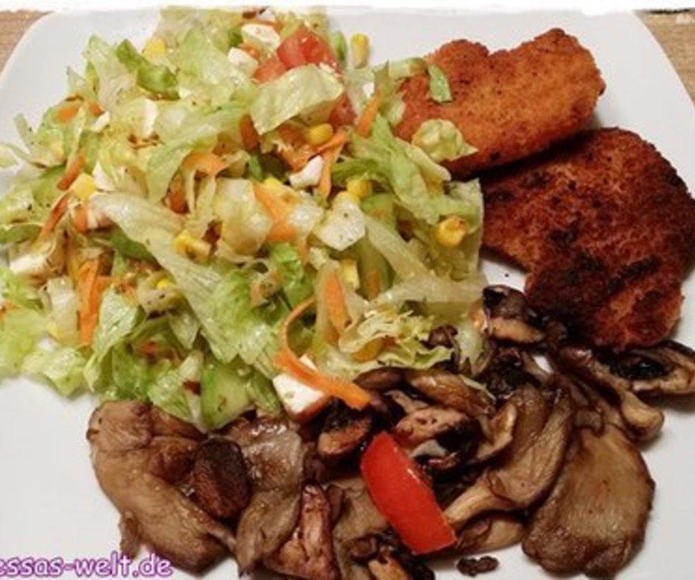 Frischer Frühlingssalat mit Mini-Putenschnitzel und Champignons