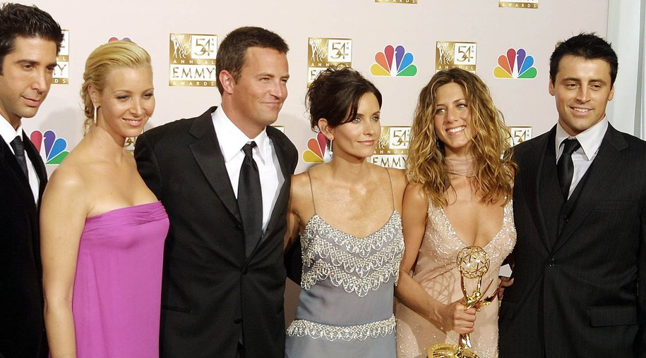"""LOS ANGELES, UNITED STATES: Cast members from """"Friends,"""" which won Outstanding Comedy, series pose for photogarpher at the 54th Annual Emmy Awards at the Shrine Auditorium in Los Angeles 22 September 2002. From L to R are David Schwimmer, Lisa Kudrow, Mathew Perry, Courteney Cox Arquette, Jennifer Aniston and Matt LeBlanc. AFP PHOTO Lee CELANO (Photo credit should read LEE CELANO/AFP/Getty Images)"""