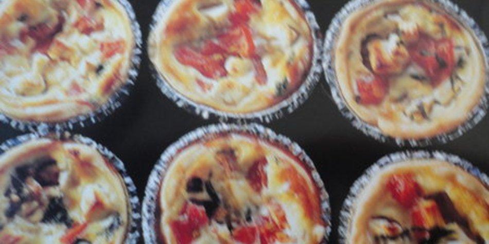 Küchlein mit Tomaten und Schafskäse