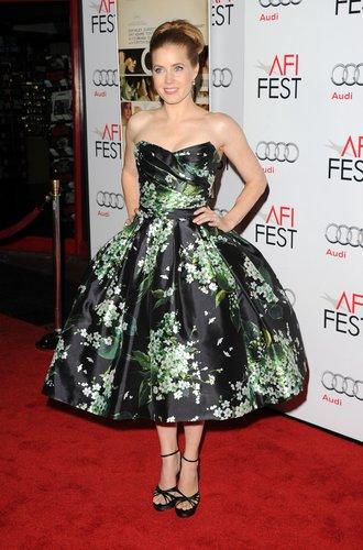 Amy Adams trägt ein schwarzes, schulterfreies Kleid.