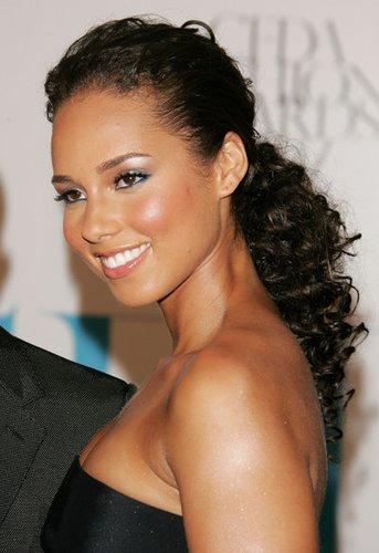 Alicia Keys mit lockerer Hochsteckfrisur