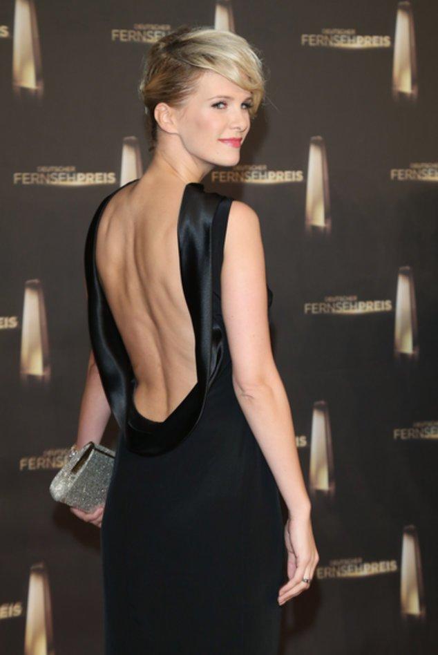 Monica Ivancan mit tiefem Rückenauschnitt