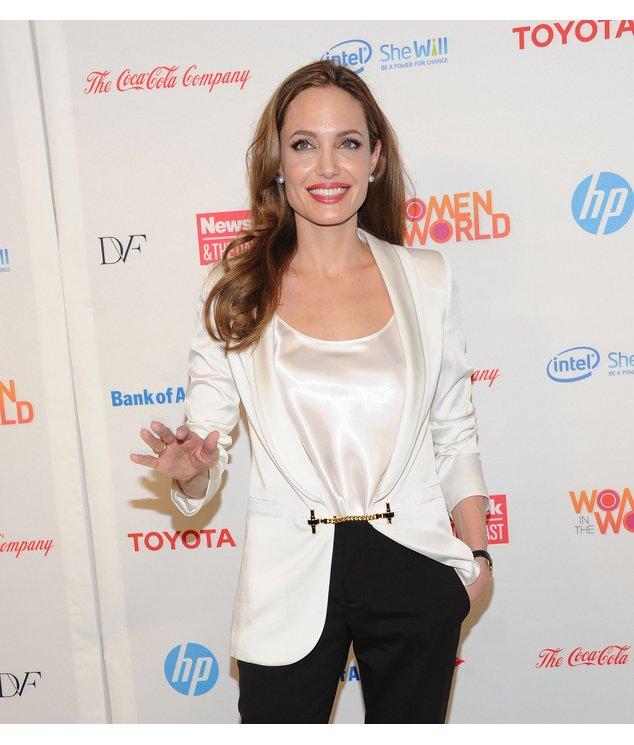 Angelina Jolie in einem weißen Blazer.