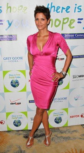 Halle Berry in einem pinken Kleid