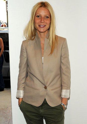 Gwyneth Paltrow trägt ihren Blazer auf unkonventionelle Art.