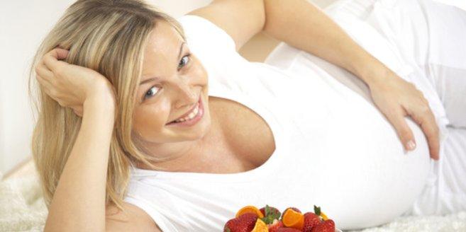 Essen in der Schwangerschaft: Schwangere mit Obst