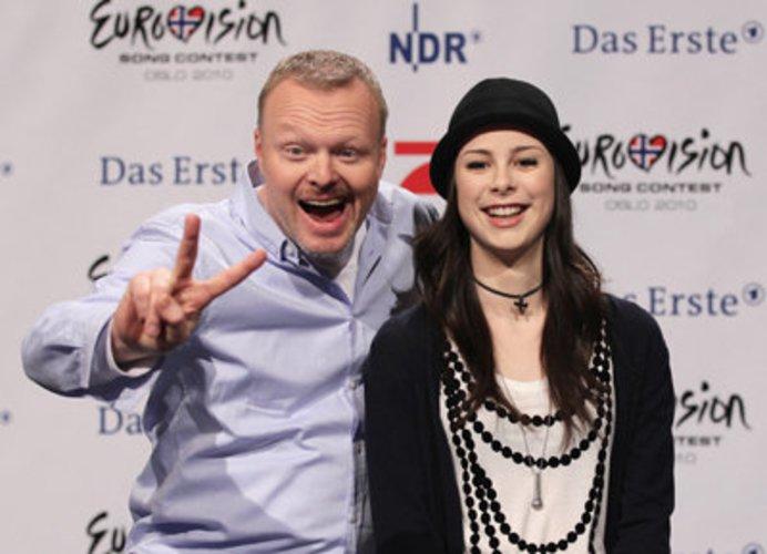 Musiker Stefan Raab und Sängerin Lena Meyer-Landrut auf einer Pressekonferenz