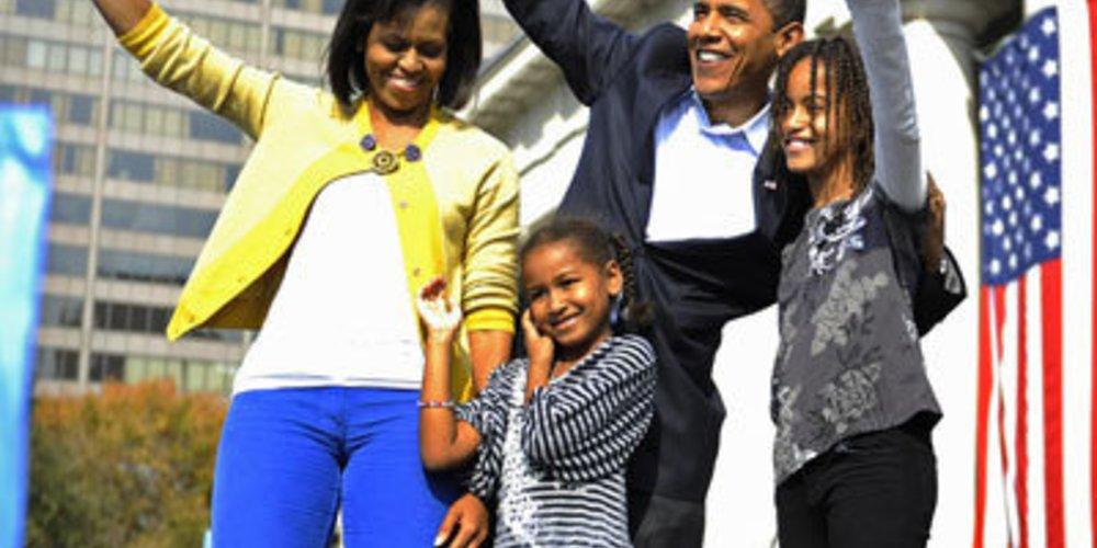 Michelle Obama und Präsident der USA Barack Obama winken vor dem weißen Haus den Menschen zu.