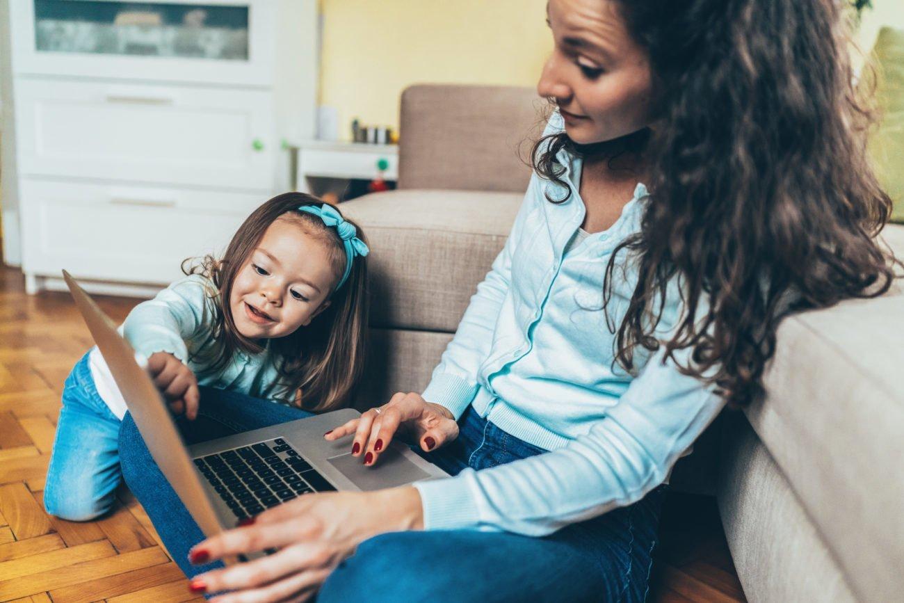Mutter Tochter Laptop Fotos