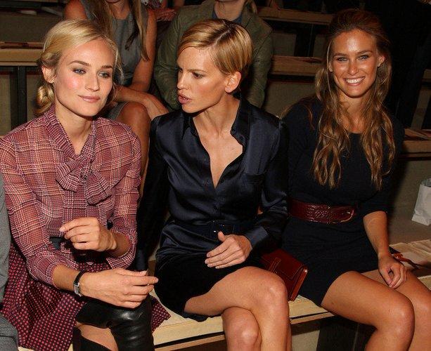 Bar Refaeli, Hilary Swank und Diane Kruger kommen 2008 zur Fashionshow von Tommy Hilfiger in New York.