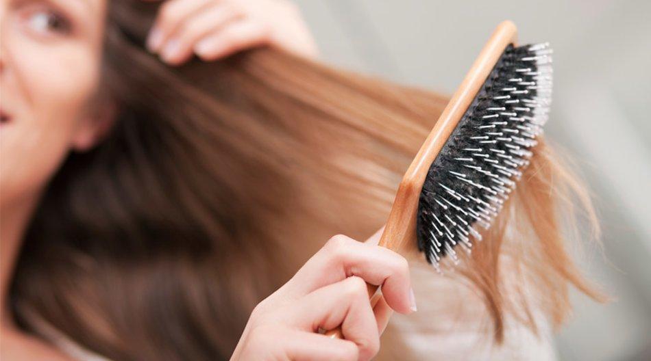 Frau kämmt sich die Haare