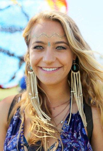 Mädchen mit Flash Tattoo auf der Stirn
