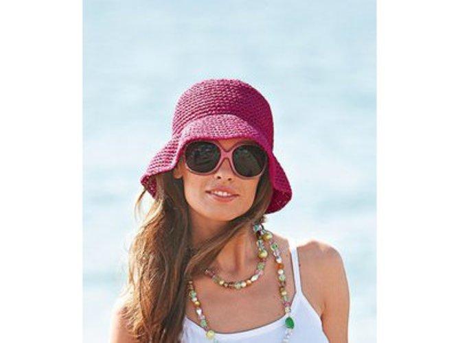 Model mit einem Schlapphut in pink-lila von Otto.
