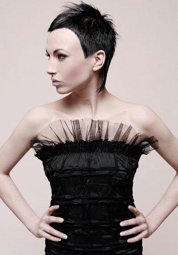 Extrem graphischer Pixie Cut mit langen Nackenhaaren