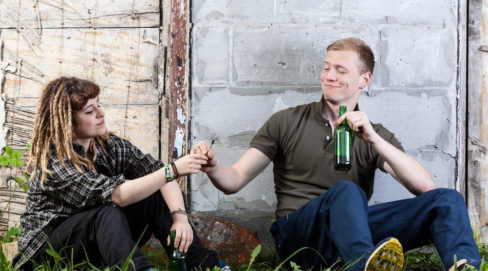 kiffende und Bier trinkende Jugendliche