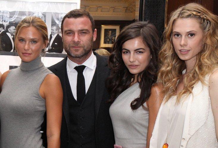 Bar Refaeli, Liev Schreiber, Camilla Belle und Elettra Rossellini kommen 2009 zur Party von ralph Lauren in New York.