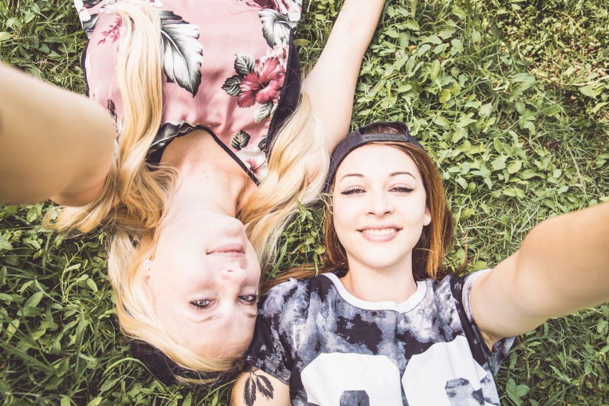Zwei Mädels auf der Wiese